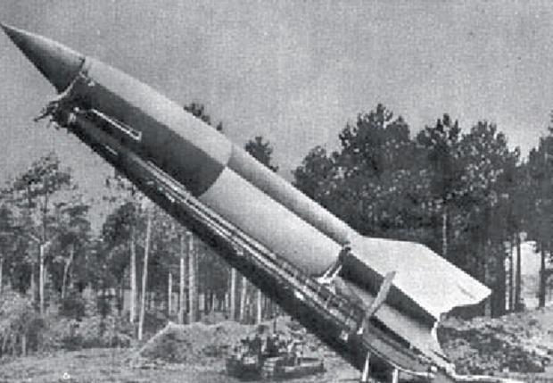Запущена на Париж немецкая ракета «Фау-2»— первая в мире боевая баллистическая ракета. 1945