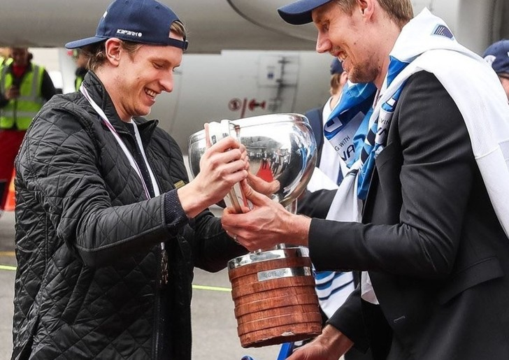 Фото №1 - Что-о-о?! Финские хоккеисты сломали победный кубок ЧМ-2019?! (Фото прилагаем)