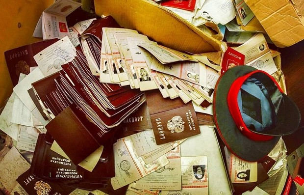 Фото №1 - В Москве нашли заброшенный отдел полиции с горами паспортов, личных дел и прочих документов граждан