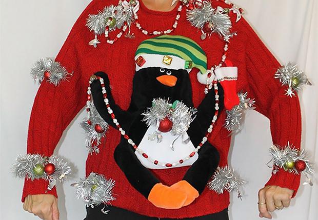Фото №1 - Эта женщина шьет самые уродливые рождественские свитеры