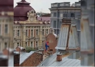 На крышах Иркутска замечен Человек-паук. Только он какой-то неправильный (видео)