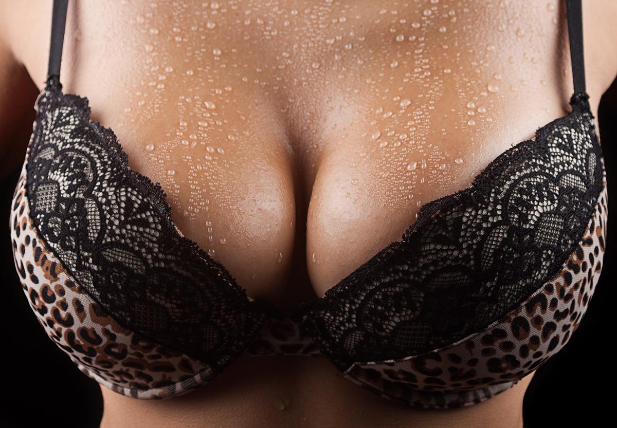 Фото красивая женская грудь в лифчике