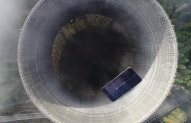 Фото №1 - Айфон кинули в градирню заброшенной атомной станции, и вот что он снял (видео)