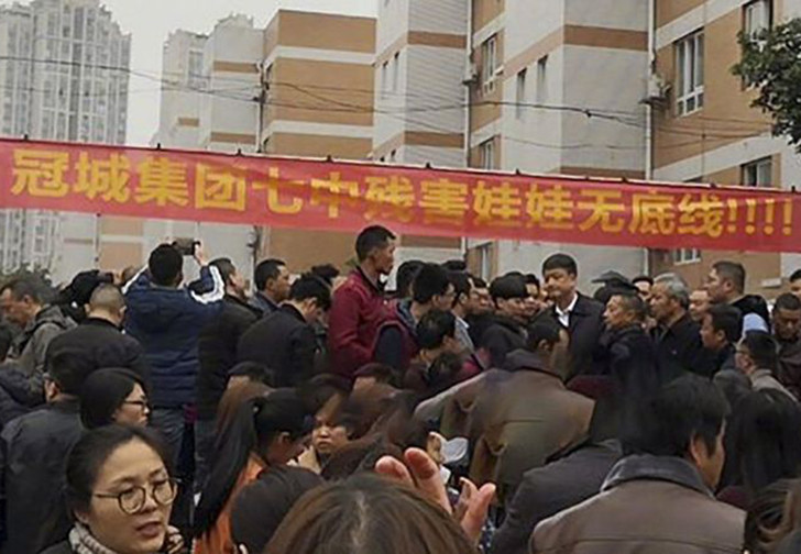 Фото №1 - В  Китае толпа разъяренных родителей попыталась взять штурмом школу, в которой детей накормили плохой едой (видео)