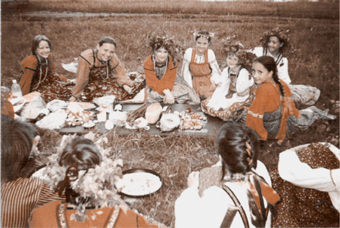 Фото №5 - За миллиард лет до 8 Марта: Какие праздники женщины придумали для себя и отмечали тайком от мужчин