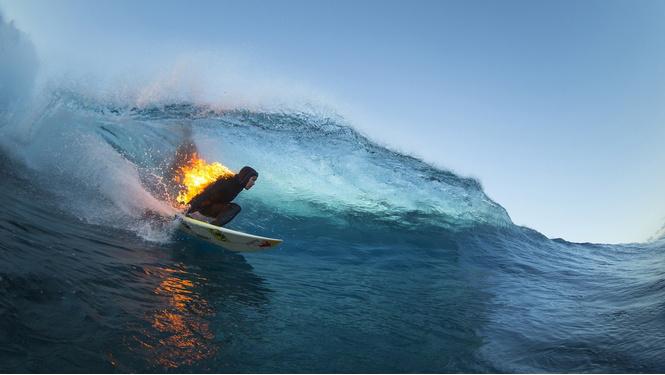 Акул-людоедов стали пугать горящими серферами!