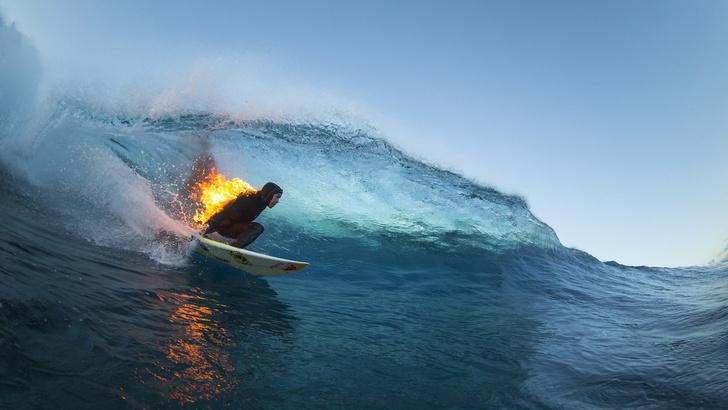 Фото №2 - Акул-людоедов стали пугать горящими серферами!