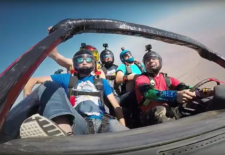 Фото №1 - Что будет, если сбросить машину с самолета? Чтобы посмотреть, скайдайверы прыгнули вместе с ней. Улетное ВИДЕО!