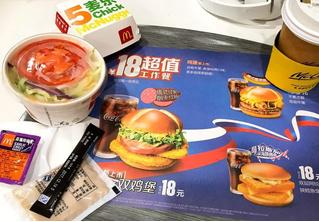 Русский — значит с колбасой! В китайских McDonalds появился исконно русский бургер.