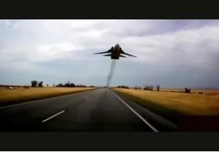 Четыре минуты самых рискованных трюков авиапилотов (ВИДЕО)