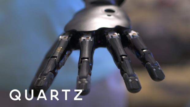 Фото №1 - Мужчина с бионическим протезом руки учится играть на пианино (ВИДЕО)