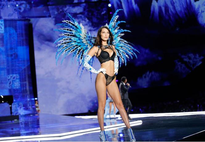 Белла Хадид обнажила соски на показе Victoria`s Secret