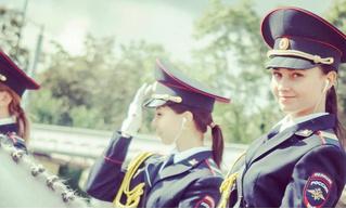 Японцы сходят с ума от фотографий русской девушки-полицейского на коне. Заслуженно