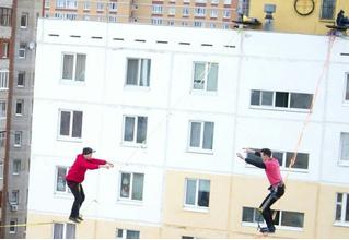 Два экстремала в Уфе прогулялись по канату между 10-этажками (видео)