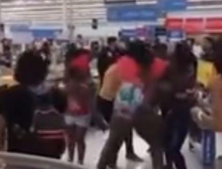 Фото №1 - Не наших бьют! Душераздирающе эпическая драка в американском супермаркете!