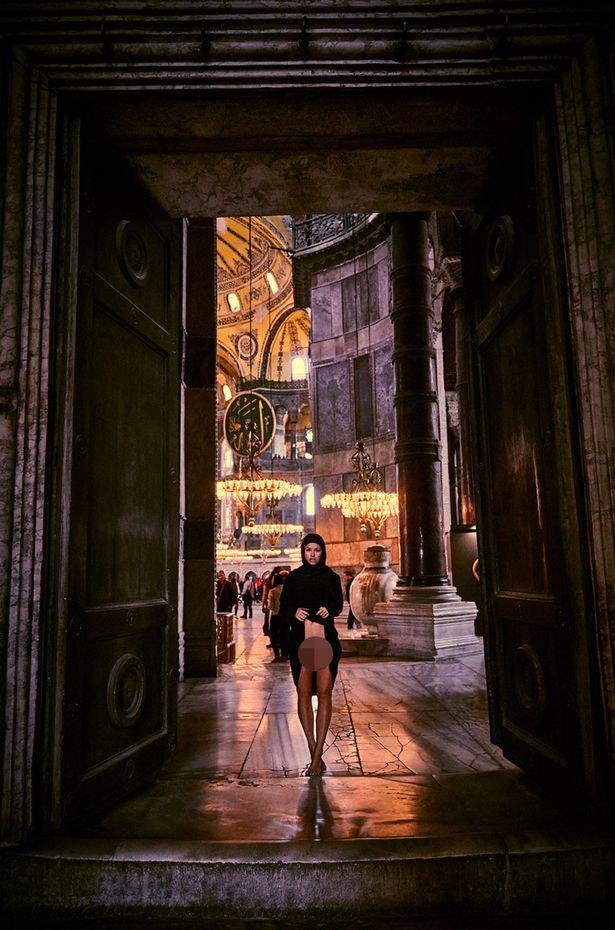 Фото №2 - Модель сфотогорафировалась обнаженной в турецком храме