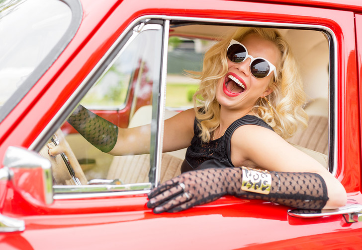 Фото №1 - Страховая компания рассказала, кто лучше водит машину — мужчины или женщины