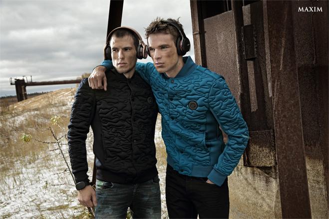 На Тимофее: куртка DKNY Jeans, джинсы Desigual, браслет GoBe, наушники Pioneer SE-MX9-T  На Арсении: куртка DKNY Jeans, джинсы Daniel Hechter, наушники Sony MDR-1A