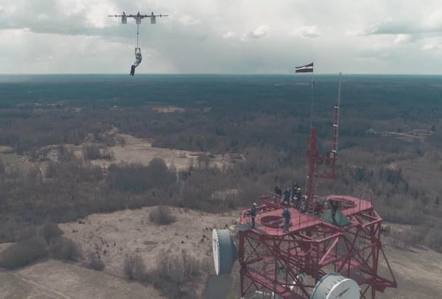 Фото №1 - Однажды это должно было случиться. Человек прыгнул на парашюте с дрона!