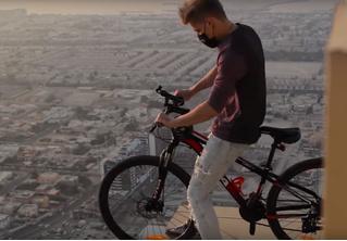 Российский руфер объехал небоскреб по кромке крыши на велосипеде (видео)
