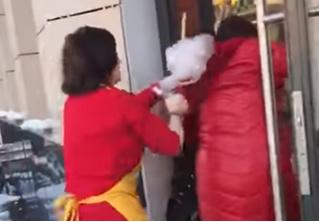 Продавщица рыбного магазина разглядела в покупательнице Сатану и попыталась изгнать святой водой (странное видео)