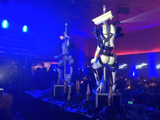 Фото №1 - Роботы-стриптизерши танцуют у шеста! (футуристическое ВИДЕО)