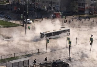В Санкт-Петербурге автобус с людьми провалился в яму с кипятком посреди улицы (видео)