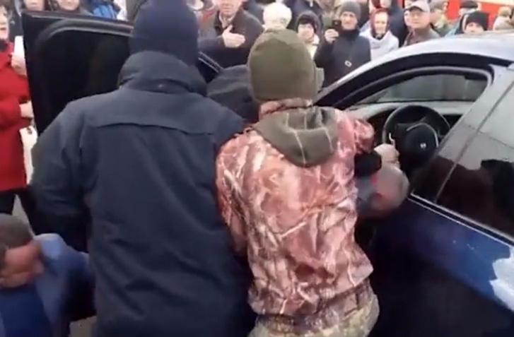 Фото №1 - В Киеве взъярившаяся публика устроила самосуд над водителем джипа из-за хамской парковки (суровое ВИДЕО)