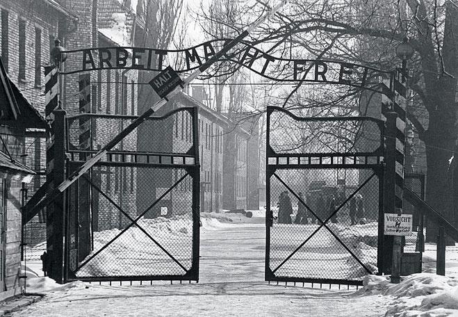 Ворота Освенцима. Послевоенный снимок
