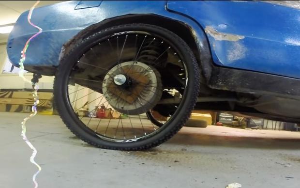 Фото №1 - А вот что будет, если автомобилю поставить велосипедные колеса и поехать! (ВИДЕО)