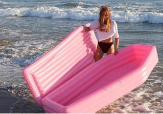 Надувной матрас в виде розового гроба! Ты будешь звездой пляжа!