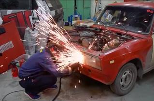 Мужики зарядили под капот автомобилю два движка — и давай разгоняться (видео)
