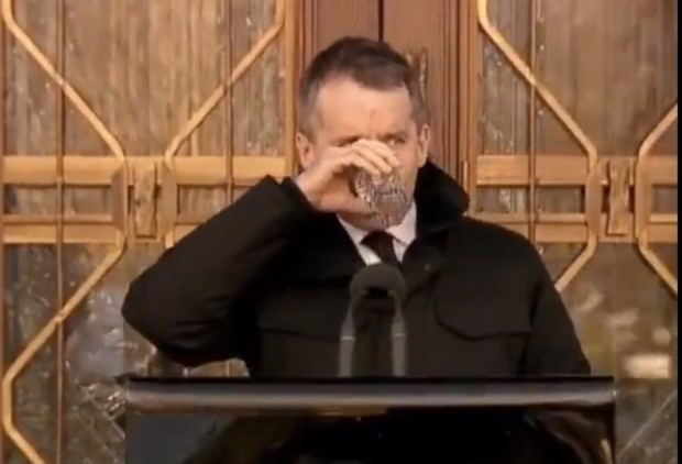 Фото №1 - Канадский министр попытался напиться воды на морозе, но оконфузился. Зато полюбился Интернету (видео)