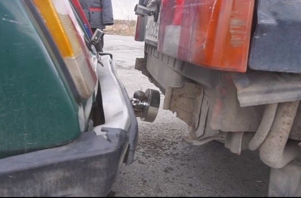 Фото №1 - Можно ли буксировать автомобиль с помощью магнита? (экспериментальное видео)