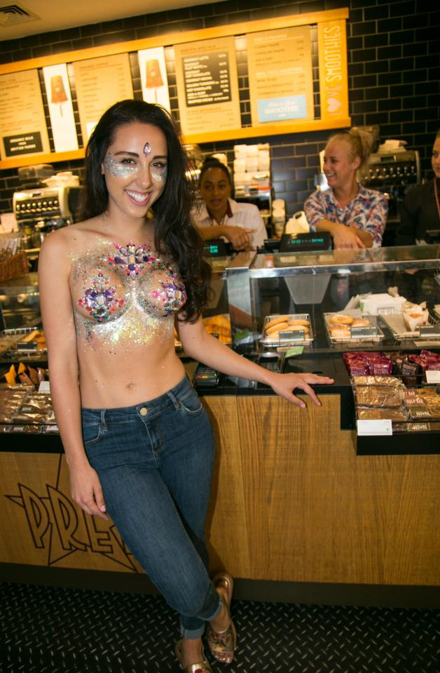 Фото №8 - Модель прошлась по городу топлес в поддержку тренда «грудь в блестках»!