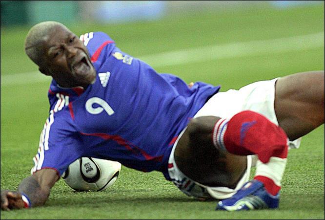 футболист сборной Франции Джибриль Сиссе перелом правой ноги