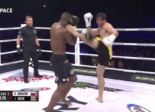 Фото №1 - Сибиряк травмировал руку в бою, но все равно стал чемпионом мира (полное видео боя прилагаем)