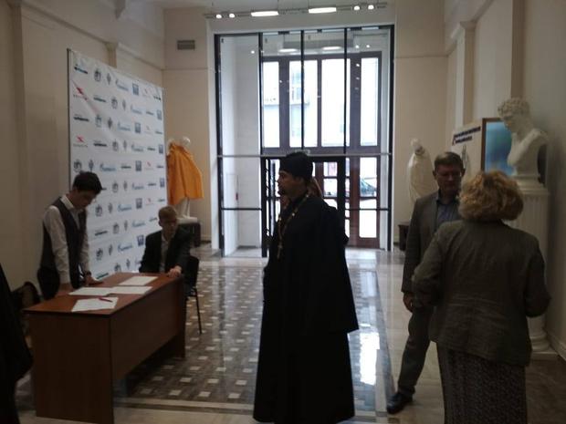 Фото №2 - В Новосибирске перед визитом представителей РПЦ одели обнаженные статуи