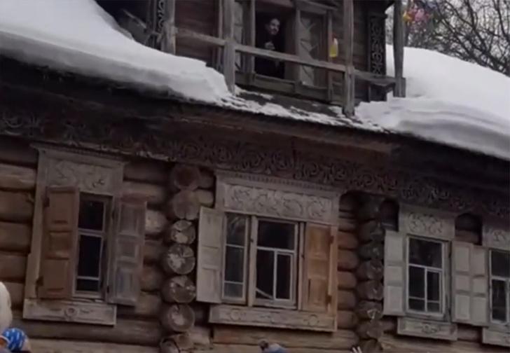 Фото №1 - В Нижнем Новгороде на масленичных гуляньях людей забросали блинами с балкона (видео)