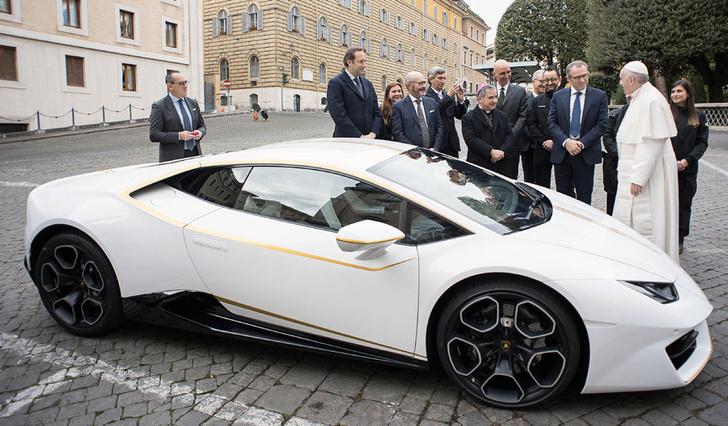 Фото №1 - Святые угодники! Папе римскому подарили Lamborghini, и он распорядился им, как Владыка