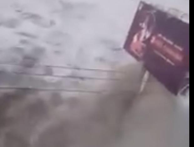 Фото №1 - Пользователи социальных сетей засняли обрушение цунами на прибрежный город (видео)