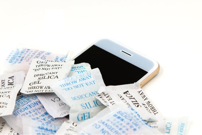 Как спасти намокший телефон