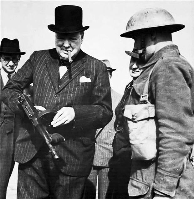 Фото №1 - История одной фотографии: Черчилль с пистолетом-пулеметом в июле 1940 года
