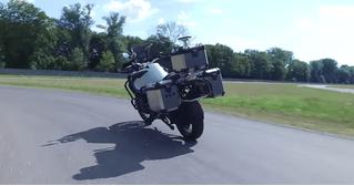 BMW выпустила мотоцикл, который ездит без водителя (видео)