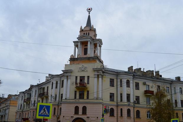 Фото №2 - В Воронеже звезду на здании покрасили в персонажа из «Губки Боба»!