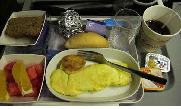 Названы единственные два блюда, которые безопасно есть в самолете