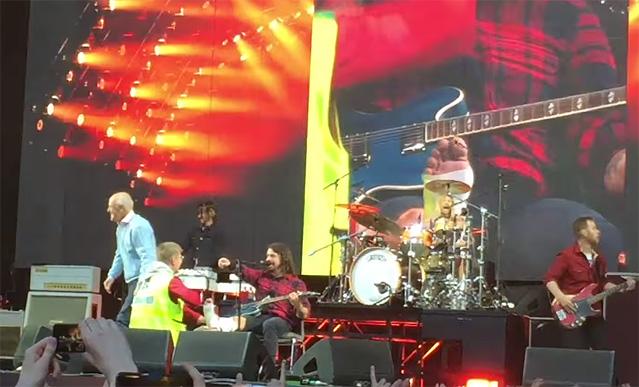 Фото №1 - Гипс-гипс-ура! Дэйв Грол сломал ногу во время концерта (видео, рентген)