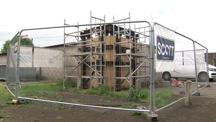 Фото №3 - Британец продал свой гараж за огромную сумму  после того, как на нем появилось граффити Бэнкси