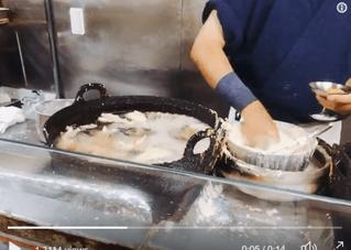 Японский повар готовит голыми руками в раскалённом масле (видео)