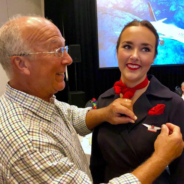 Фото №2 - Стюардессе из США поставили смены на Рождество, но отец все равно устроил ей сюрприз в воздухе